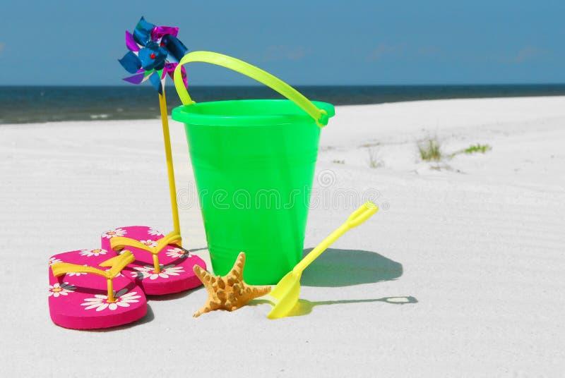 Het speelgoed van het strand in mooi zand royalty-vrije stock foto's