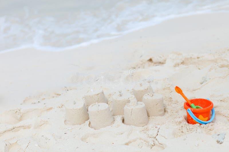 Het speelgoed van het strand op tropisch strand royalty-vrije stock afbeelding