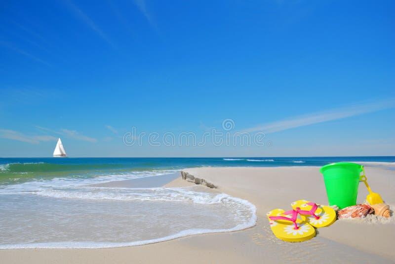 Het speelgoed van het strand op Zand stock afbeelding