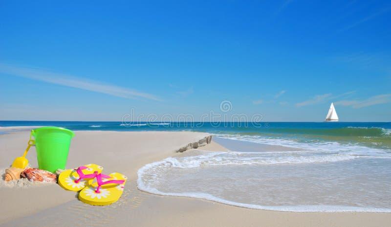 Het speelgoed van het strand op Zand stock foto's