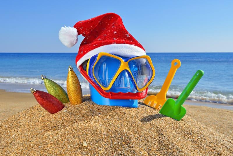 Het speelgoed van Kerstmis, decoratie op het strand royalty-vrije stock afbeeldingen