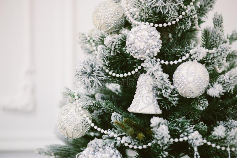 Het speelgoed van Kerstmis op de boom De achtergrond van het nieuwjaar royalty-vrije stock foto
