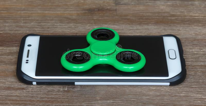 Het speelgoed van kinderen; Smartphone met een spinner op bovenkant stock foto's