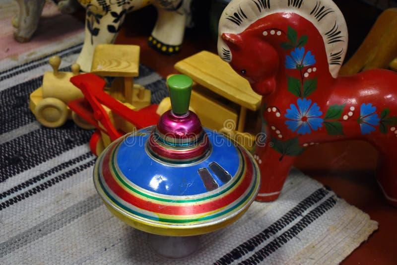 Het speelgoed van oude kinderen van verleden stock afbeeldingen