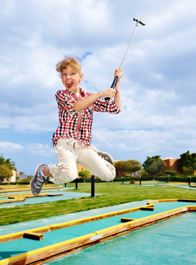 Het speelgolf van het kind in park. stock foto's