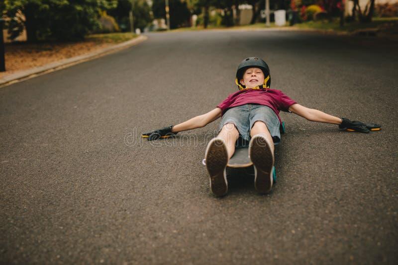 Het speelse jongen met een skateboard rijden royalty-vrije stock foto's