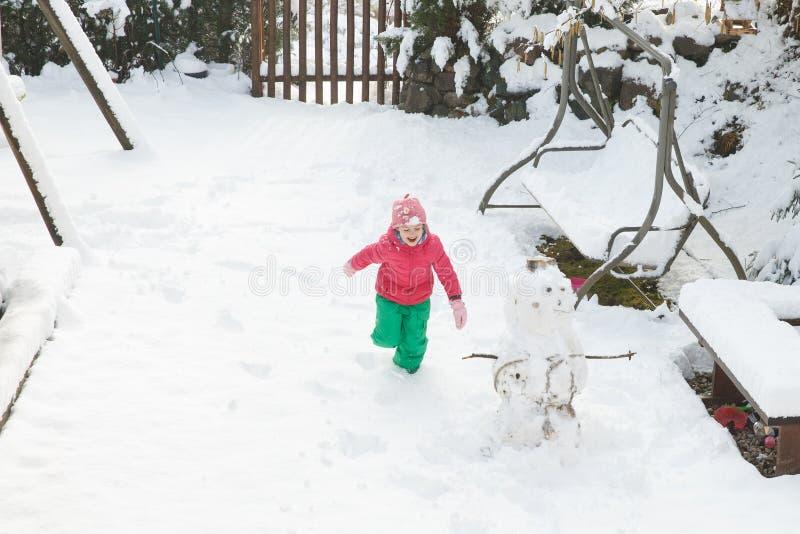 Het speelse meisje lopen, die in huisbinnenplaats spelen stock afbeeldingen