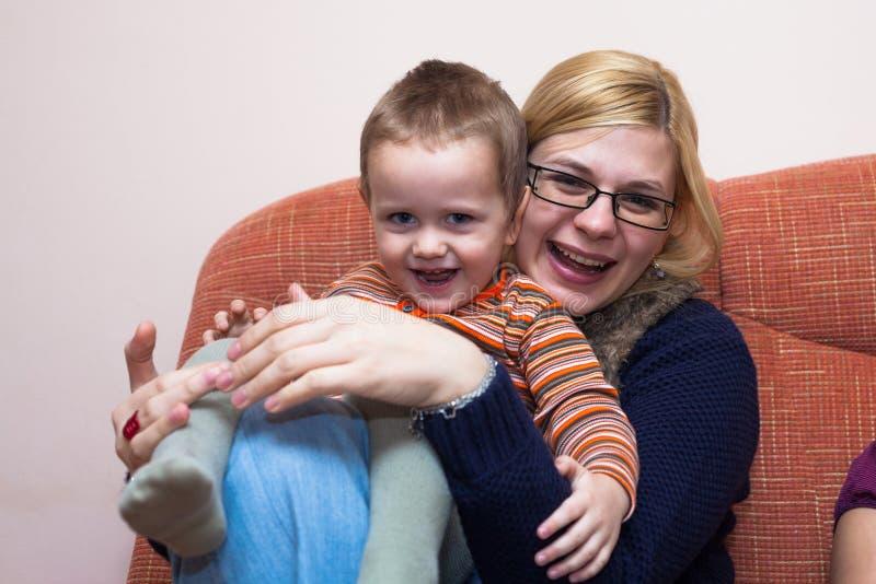 Het speelse van de kindjongen en vrouw lachen stock afbeeldingen