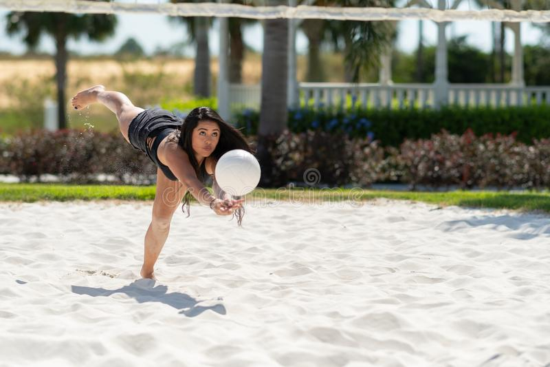 Het Speelvolleyball van het tienermeisje stock fotografie