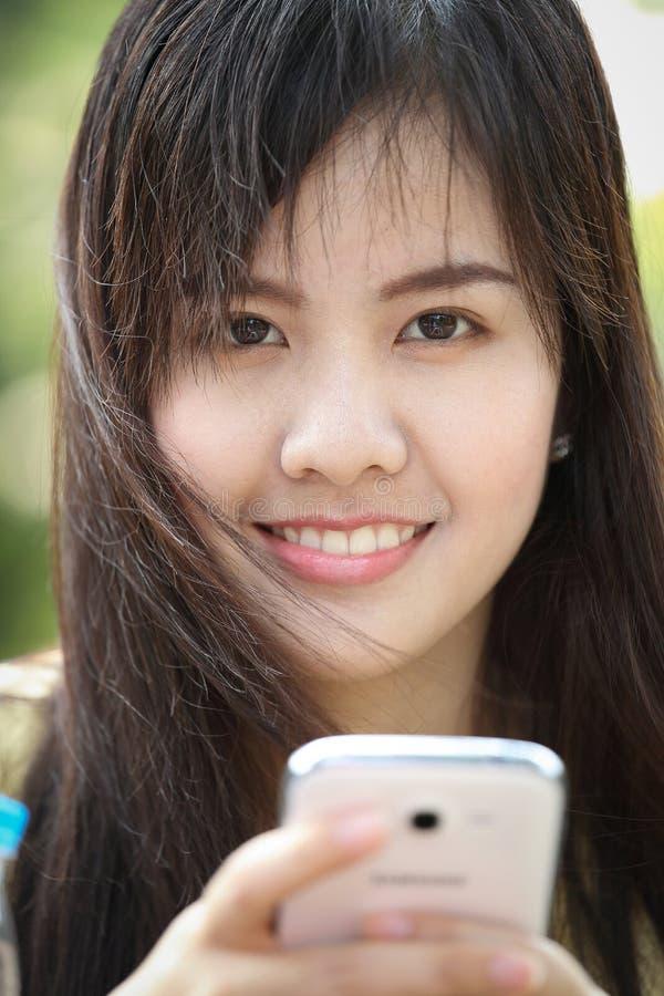 Het spel slimme telefoon van het portret mooie Aziatische Meisje royalty-vrije stock foto's
