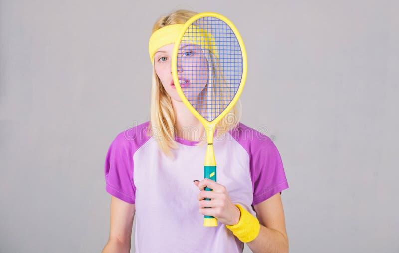 Het spel van het beginspel Sport voor het handhaven van gezondheid Het tennisracket van de atletengreep ter beschikking Het conce stock foto