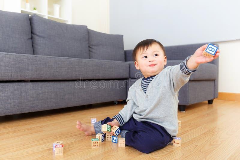 Het spel van de de babyjongen van Azië met houten stuk speelgoed blok royalty-vrije stock afbeeldingen