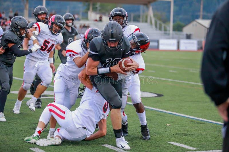 Het spel van de middelbare schoolvoetbal stock foto's