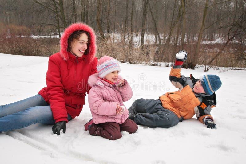 Het spel van de moeder en van kinderen in de winterpark stock afbeelding