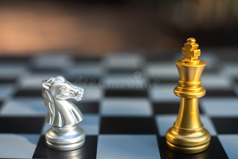 Het spel van de schaakraad, bedrijfs concurrerend concept stock foto