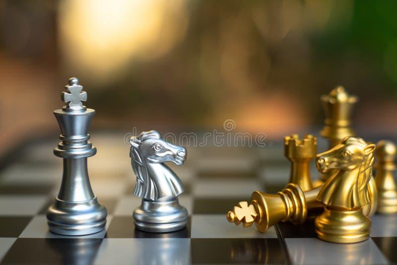 Het spel van de schaakraad, bedrijfs concurrerend concept stock afbeelding