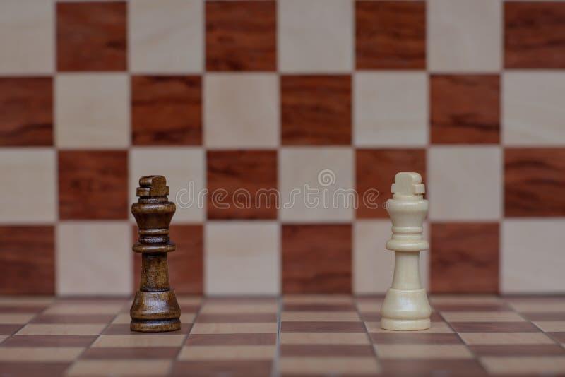 Het Spel van de schaakraad De twee koningstribune confronteert elkaar Bedrijfs concurrerend concept royalty-vrije stock afbeeldingen