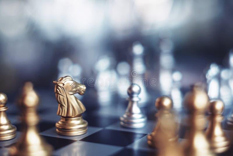 Het spel van de schaakraad, winnaar het winnen situatie, ontmoet ernstige vijand, bedrijfs concurrerend concept royalty-vrije stock fotografie
