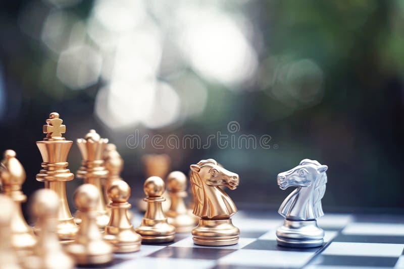 Het spel van de schaakraad, winnaar het winnen situatie, ontmoet ernstige vijand, bedrijfs concurrerend concept stock afbeeldingen