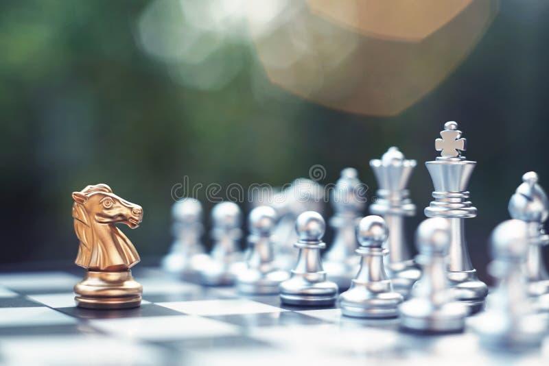 Het spel van de schaakraad, winnaar het winnen situatie, ontmoet ernstige vijand, bedrijfs concurrerend concept stock foto