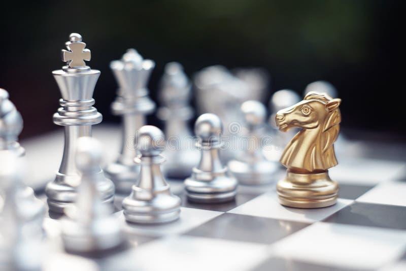Het spel van de schaakraad, winnaar het winnen situatie, ontmoet ernstige vijand, bedrijfs concurrerend concept royalty-vrije stock foto's