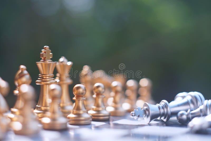 Het spel van de schaakraad, winnaar het winnen situatie, ontmoet ernstige vijand, bedrijfs concurrerend concept royalty-vrije stock afbeelding