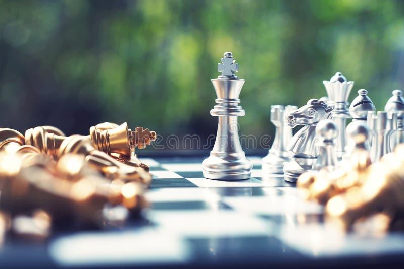Het spel van de schaakraad, winnaar het winnen situatie, ontmoet ernstige vijand, bedrijfs concurrerend concept stock fotografie