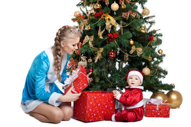 Het spel van het Kerstmismeisje van de schoonheid met baby de Kerstman stock afbeeldingen