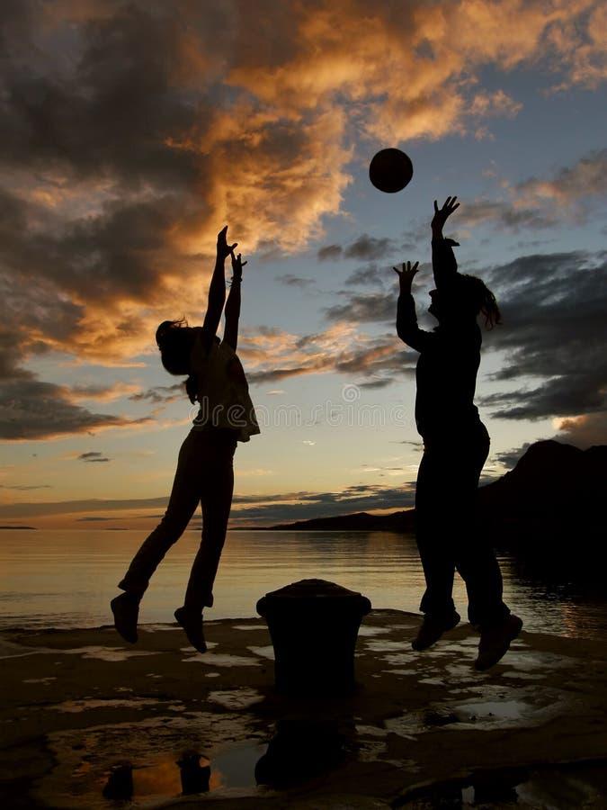 Het spel van het kind en van de moeder met bal in zonsondergang royalty-vrije stock fotografie