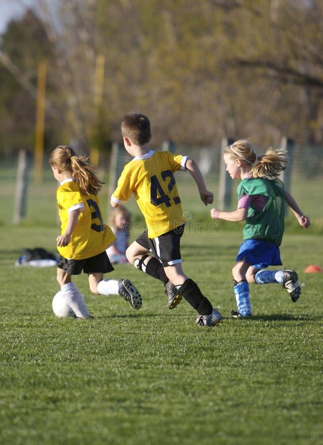 Het Spel van het Voetbal van de jeugd stock afbeeldingen
