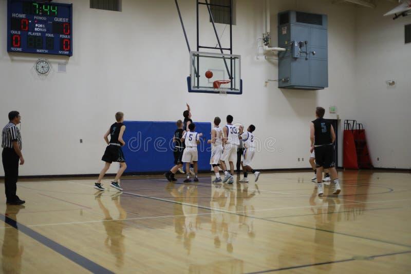 Het Spel van het middelbare schoolbasketbal stock afbeeldingen