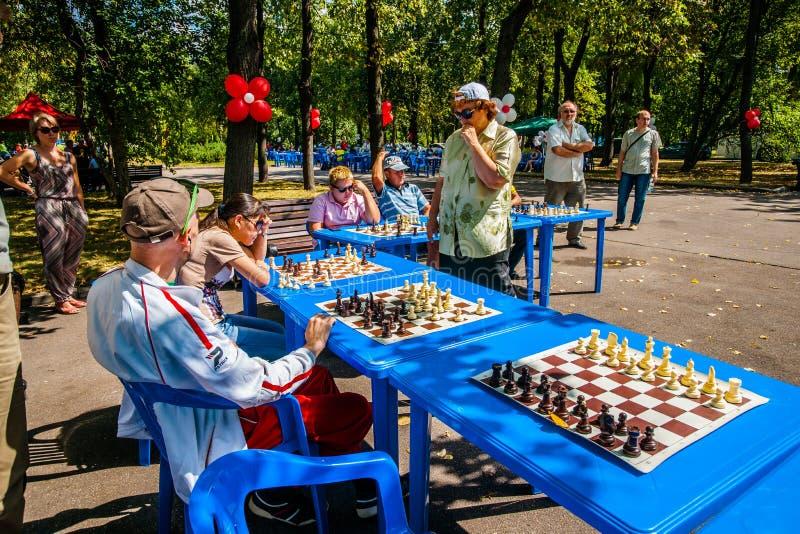 Het spel van schaak en gelijktijdige schaakvertoning stock afbeelding
