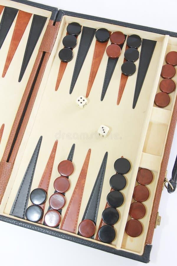 Het spelbackgammon op een raad met dobbelt en controleurs royalty-vrije stock afbeeldingen