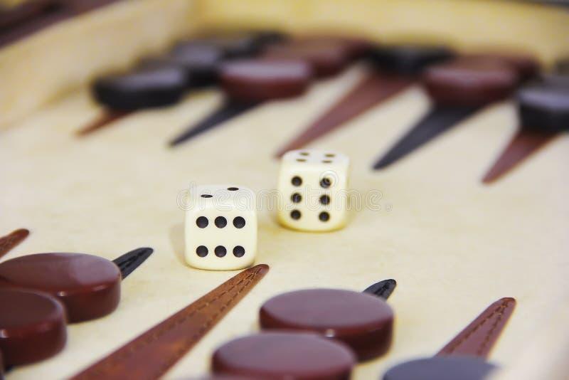 Het spelbackgammon op een raad met dobbelt en controleurs stock foto's