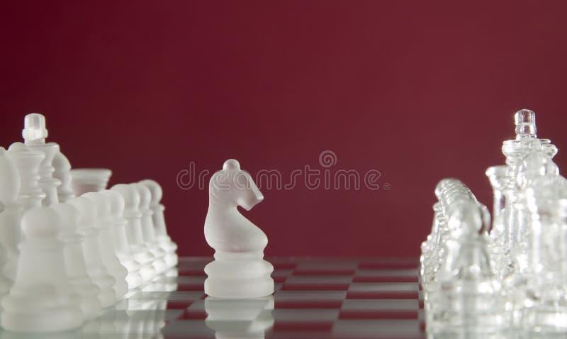 Het spelcijfers van het schaak aangaande rode achtergrond royalty-vrije stock foto
