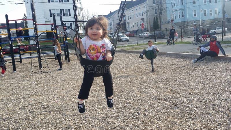 Het spelen bij het park met een mooi babymeisje royalty-vrije stock fotografie