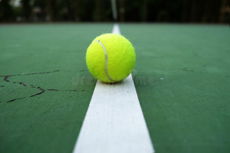 Het spelen de bal van het speltennis op tennisbaan royalty-vrije stock fotografie