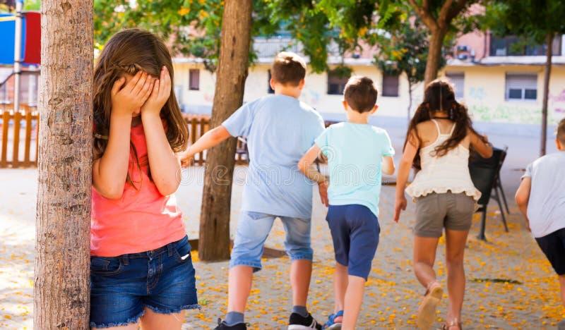 Het spelen de huid - en - zoekt Meisje die ogen behandelen haar handen stock afbeelding