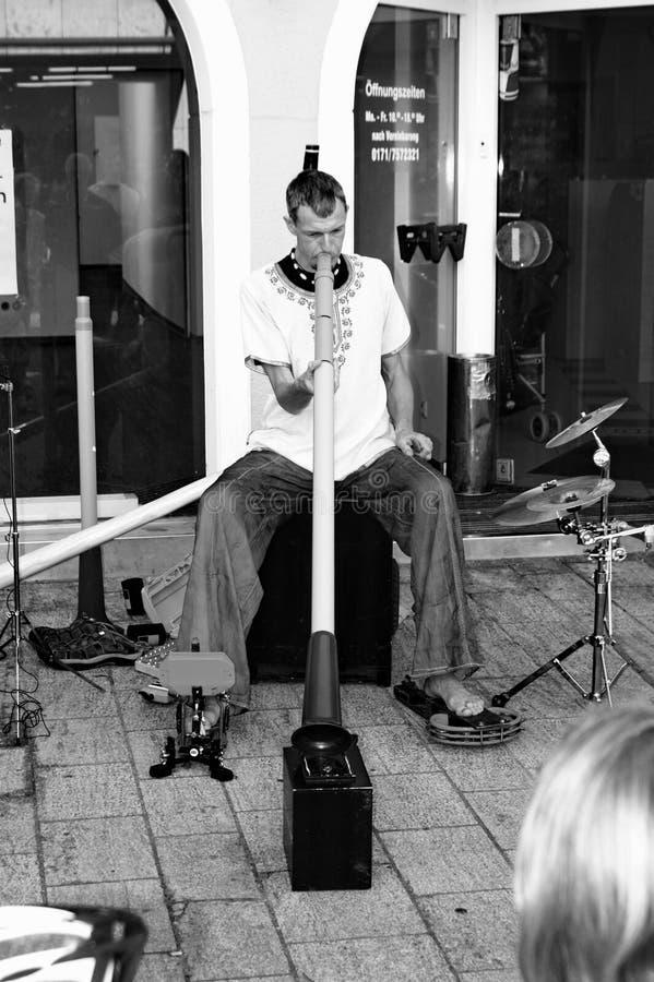 Het spelen didgeridoo stock afbeelding