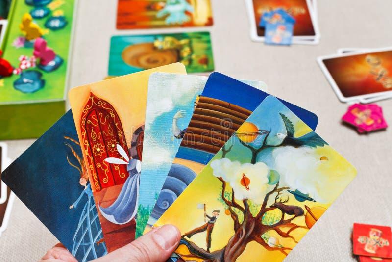 Het spelen in dixit kaartspel stock foto