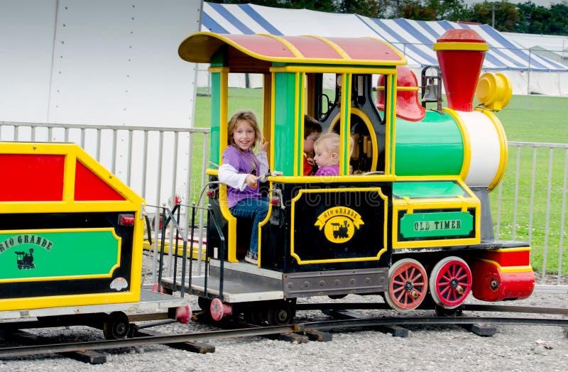Het spelen in een kleine trein bij een openluchtfestival stock fotografie