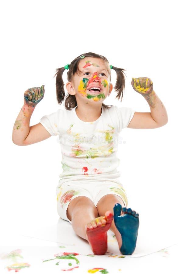 Het spelen en het schilderen met kleuren stock foto's