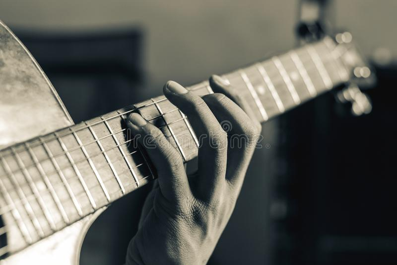 Het spelen gitaar stock afbeelding