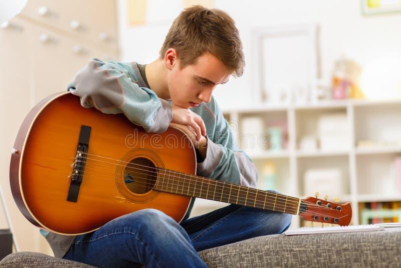 Het spelen gitaar royalty-vrije stock afbeelding