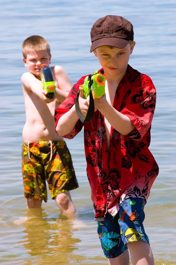 Het spelen in het water stock foto's