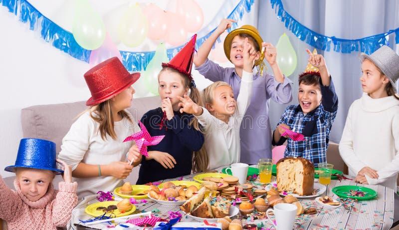 Het spelen jonge geitjes die een goede tijd hebben bij een verjaardagspartij royalty-vrije stock foto's