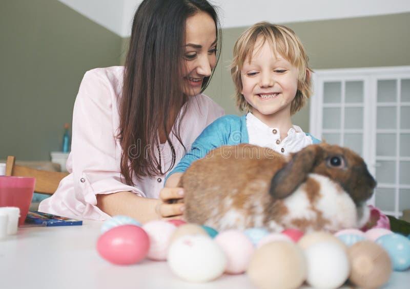 Het spelen met Pasen-konijn royalty-vrije stock afbeelding