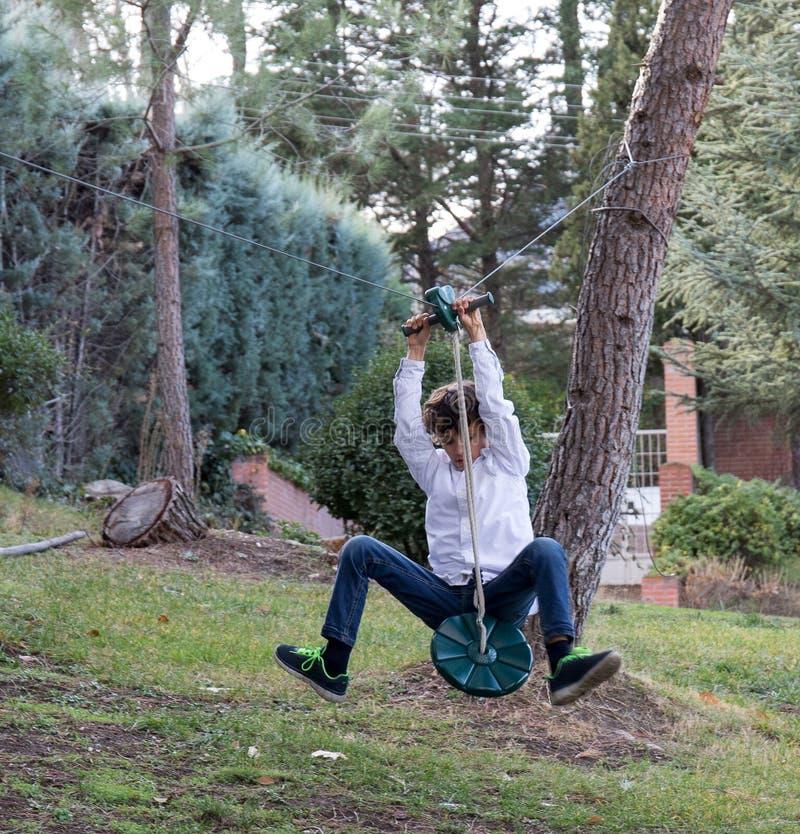 Het spelen met pitlijn in de tuin royalty-vrije stock afbeeldingen