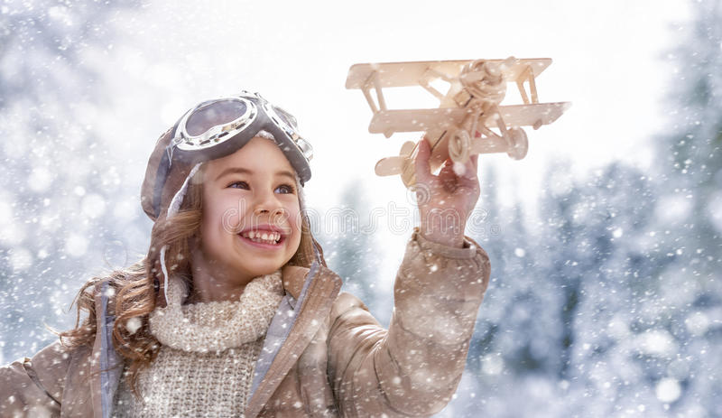 Het spelen met stuk speelgoed vliegtuig stock fotografie