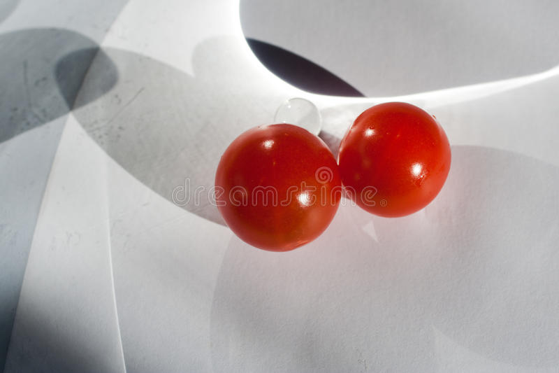 Het spelen met tomaten stock foto